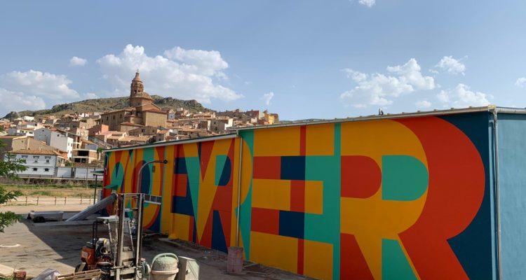 La almazara social de Apadrina un Olivo ya luce el mural pintado por Boamistura.