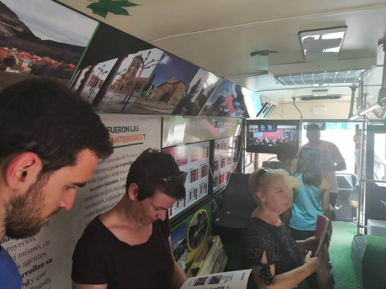 Vecinos de Elche de la Sierra visitan el autobús de Presura, el pasado sábado.