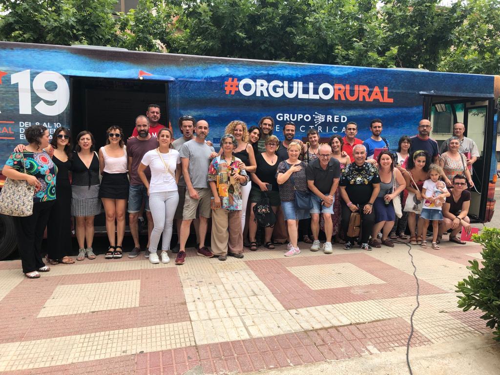 La gente de la comarca de la Sierra del Segura, en Albacete, posa delante del autobús de Presura, este sábado en Elche de la Sierra.