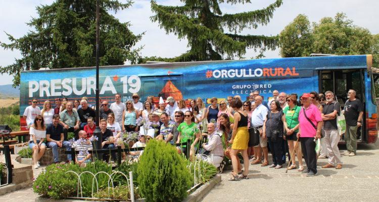 Los vecinos de Urriés posan delante del autobús, este sábado.