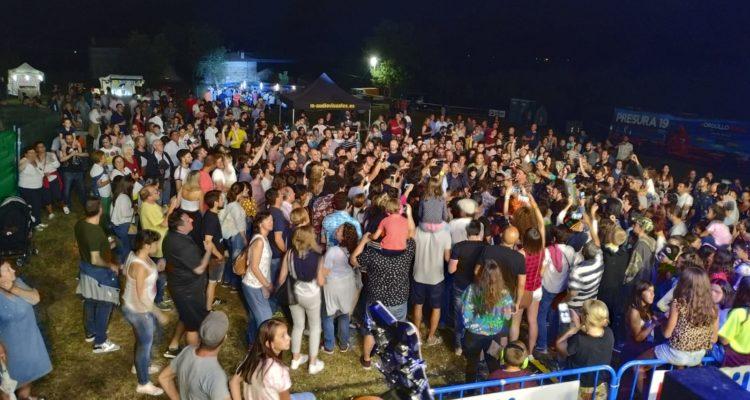 Depedro canta entre el público del Razón Valley Music Festival.