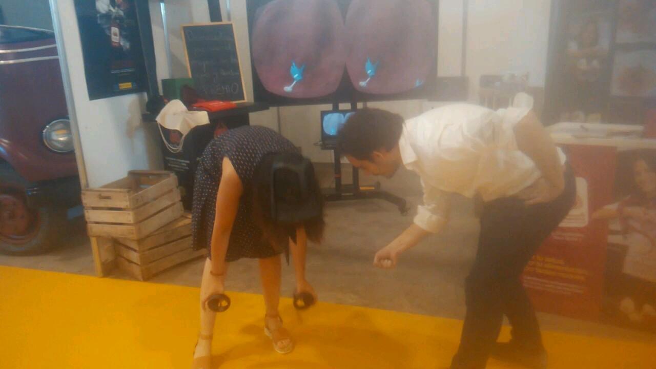 Recolectando ajos en modo virtual en la Feria del Ajo en Las Pedroñeras.