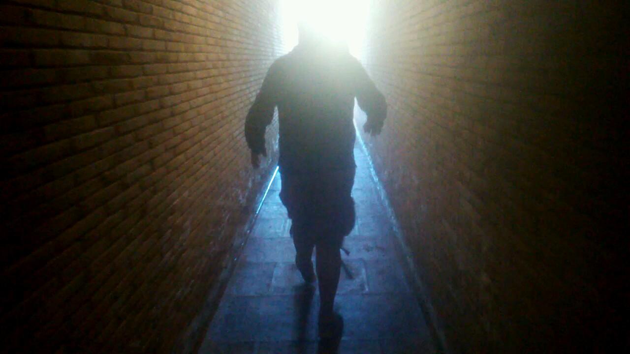 Caminando hacia la luz en el embalse de la Cueva Foradada en Oliete.